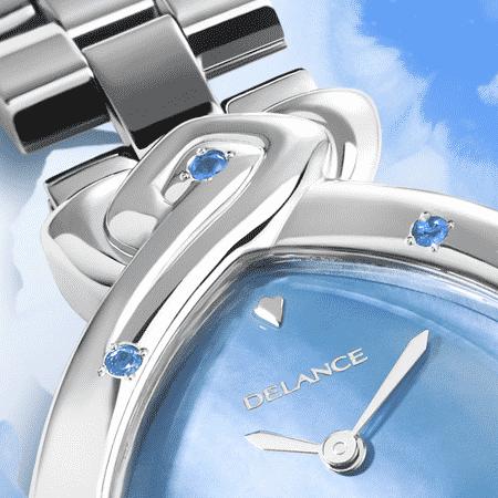 Ashta Laxmi : Montre en acier série de 7 saphirs, cadran nacre bleue, aiguilles nickelées, cabochon en acier avec saphir, bracelet en maillons d'acier.