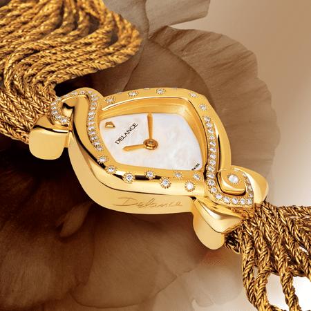 Cybèle : Montre de luxe en or sertie de 60 diamants, cadran nacre blanche, aiguilles dorées, cabochon en or avec un diamant, bracelet en brins d'or