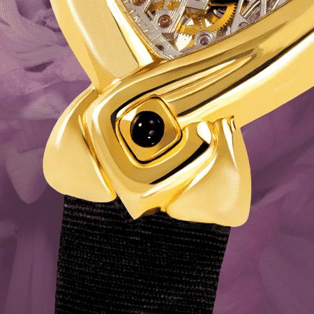 Dentelle et Satin : Montre mécanique en or (mouvement piquet), aiguilles noires, cabochon en or avec un onyx, bracelet en satin noir
