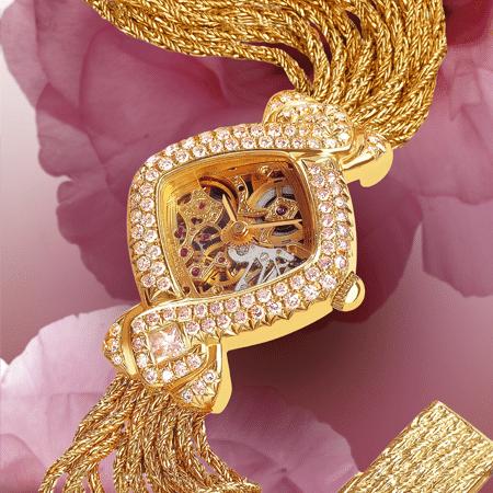 """Parce qu'elle a peint pour lui la vie en rose, il lui a offert cette merveille de finesse, une montre DELANCE """"Dentelle et Diamants Roses"""". Parce qu'elle est pour lui la plus précieuse, il l'a couverte de diamants. Parce que ses doigts habiles font des chefs-d'œuvre, il l'a voulue toute de dentelle… Et elle, elle l'aime pour sa délicatesse…"""