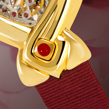 Dentelle in gold : Montre mécanique en or (mouvement piquet), aiguilles dorées, cabochon en or avec un rubis, bracelet en satin rouge