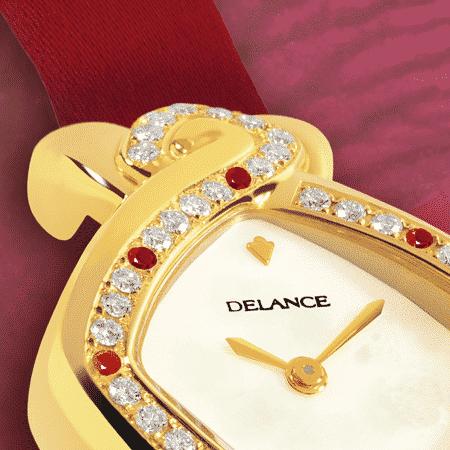 Elegante feminine Uhren für Damen: Dhana Laxmi: Golduhr mit 43 Diamanten und 7 Rubin, Zifferblatt Perlmutter weiss, vergoldete Hände, Goldcabochon mit einem Rubin, Armband Satin rot