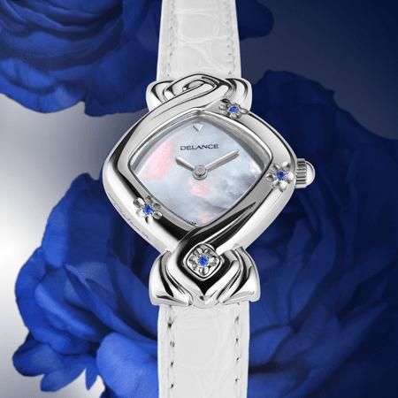 Edelweiss : Montre en acier sertie de 3 saphirs bleus en forme de fleur, cadran nacre blanche, aiguilles nickelées, cabochon en acier avec saphir, bracelet en alligator blanc