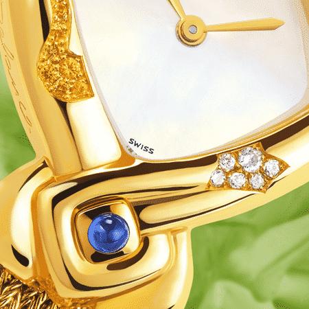 Damenuhren Eleganz für Frauen: Feng Shui Dawn: Golduhr mit 39 Edelsteine und Diamanten, Zifferblatt Perlmutter weiss, vergoldete Hände, Goldcabochon mit einem Saphir blau, Goldarmband Cascade