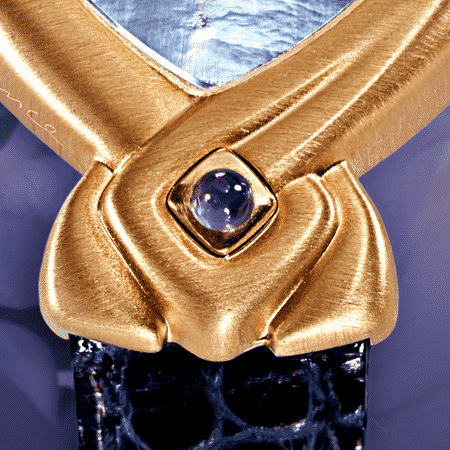 Bahiya : Montre en or rose satiné, cadran nacre bleue, aiguilles dorées, cabochon avec améthyste, bracelet en alligator bleu