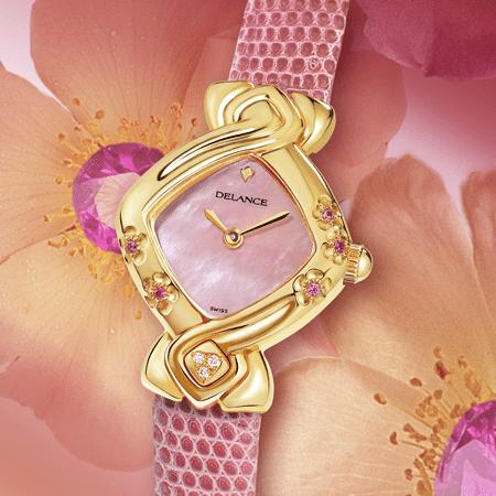 Sakie : Montre en or gravée de 5 fleurs de cerisiers avec en leurs cœurs 5 saphirs roses, cadran nacre rose, aiguilles dorées, cabochon avec 3 brillant en forme de cœur à 6h, bracelet en lézard rose