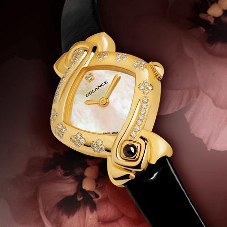 Trèfle à quatre : Montre en or sertie de 52 diamants, cadran nacre blanche avec un diamant à l'heure index, aiguilles dorées, cabochon en or avec un onyx, bracelet en vernis noir