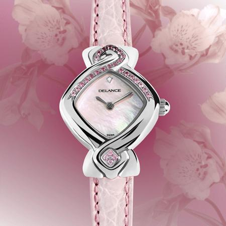 La montre DELANCE «Pink Ribbon» unit dans la solidarité les femmes du monde entier. Les 28 saphirs roses célèbrent le cycle de la lune et de la féminité. Vingt-quatre pierres lient l'est à l'ouest en passant par le nord et quatre pierres au sud soulignent la valeur des quatre directions