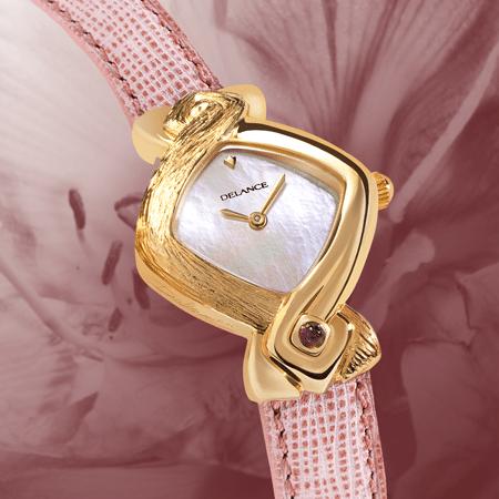 """Elle la voulait toute de rose sa Delance """"Rose Wing"""" et c'est ainsi qu'elle l'a gravée et sertie d'une améthyste. Pour répondre à la pierre nous avons parée la montre d'un cadran de nacre aux reflets irisés et d'un bracelet en cuir rose."""