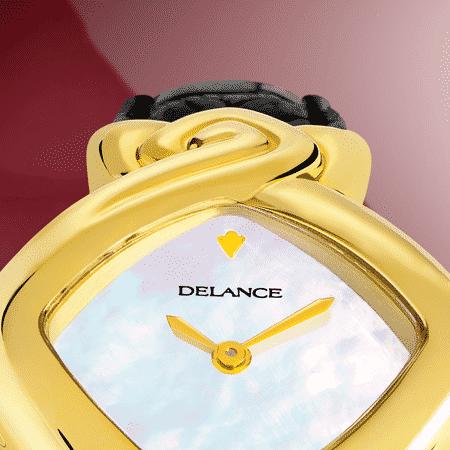 """Véritable sculpture aux lignes douces et racées, la montre DELANCE """"Princess"""" se reconnaît au premier coup d'œil. Avec un somptueux diamant princesse au sud, bien que discrète, cette montre joaillerie est un cadeau royal. Et vous chantez avec elle: Diamonds Are Girl's Best Friend!"""