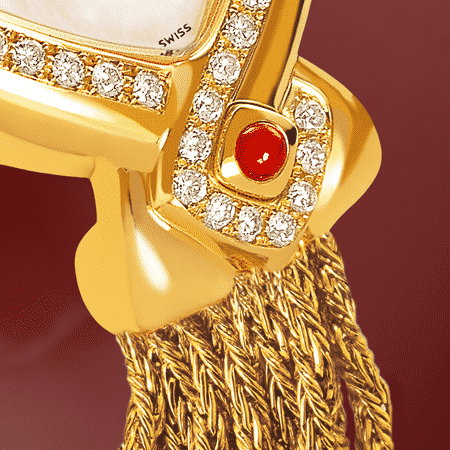 Infinity Gold cascade : Montre en or sertie avec 50 diamants, cadran nacre blanche, aiguilles dorées, cabochon en or avec un rubis, bracelet en brins