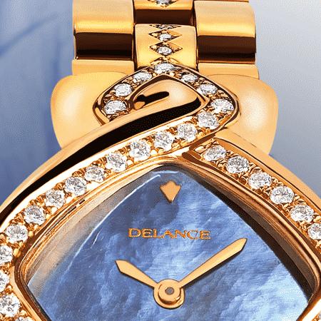 Besten Luxusuhren für die Frau: Infinity gold link: Golduhr mit 50 Diamanten, Zifferblatt Perlmutter weiss, vergoldete Hände, Goldcabochon mit einem Saphir, Goldarmband mit 24 Diamanten