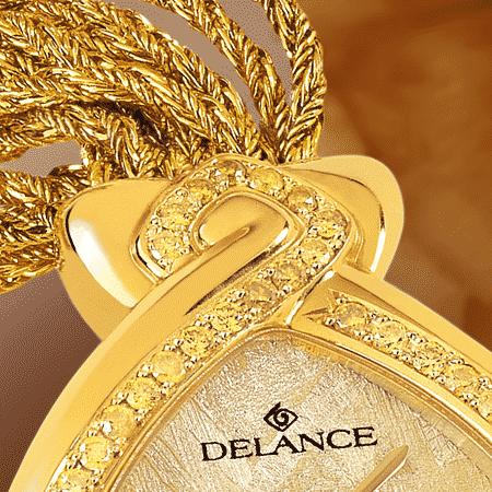 Jonquille : Montre en or sertie avec 50 diamants, cadran en luz aurora, aiguilles dorées, cabochon en or avec un diamant canari, bracelet en brins d'or