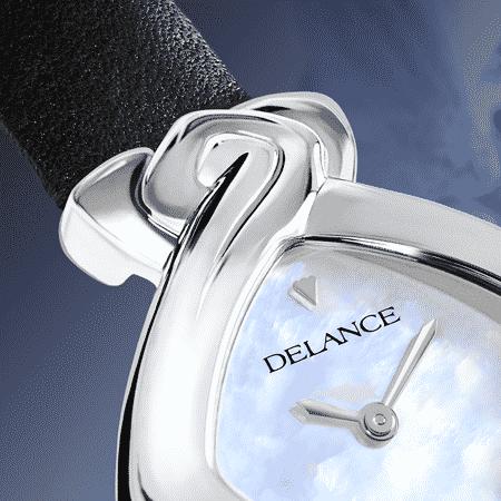 """La DELANCE """"Origine"""" toute de pureté et de simplicité surprend le regard par le petit diamant serti en étoile à son nadir. Symbole de vie, d'harmonie et de spiritualité elle est un puissant TalisWOman. Véritable sculpture miniature, une DELANCE rythme vos heures heureuses et vous accompagne dans les autres."""