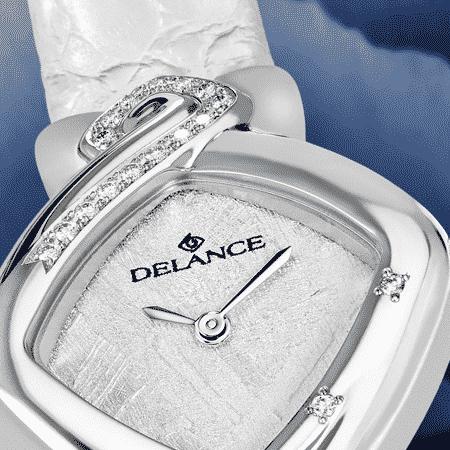 Something blue : Montre en acier sertie de 16 diamants, cadran en luz moon, aiguilles nickelées, cabochon en acier avec 3 saphirs bleus en cœur, bracelet en alligator blanc
