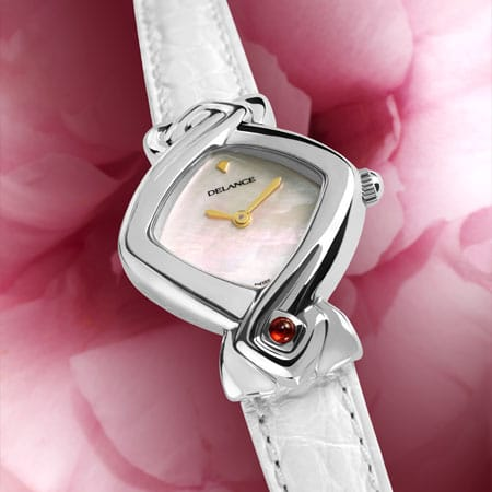 White Lily : Montre en acier, cadran nacre blanche, aiguilles dorées, cabochon en acier avec un rubis, bracelet en alligator blanc