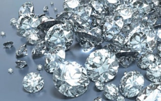 Der Diamant symbolisiert die Ewigkeit, die kosmische Vollkommenheit und die seelische Ganzheit. Der Diamant versinnbildlicht die absolute Reinheit, Unverletzlichkeit und Standhaftigkeit