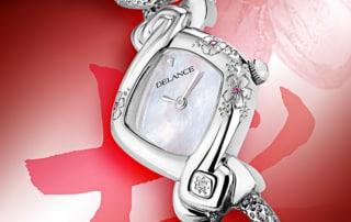 Kunstvoll eingraviert in eine DELANCE Uhr, geben diesem femininen Zeitanzeiger einen Hauch von ewiger Frühling. Die Frau, die die Uhr trägt, verkörpert ewige Jugend mit Eleganz und Vornehmheit.