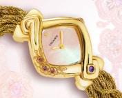 Waka : Montre en or sertie de 3 fleurs de cerisiers avec 3 saphirs roses en leur cœur, cadran nacre rose, aiguilles dorées, cabochon améthyste, bracelet en brins d'or