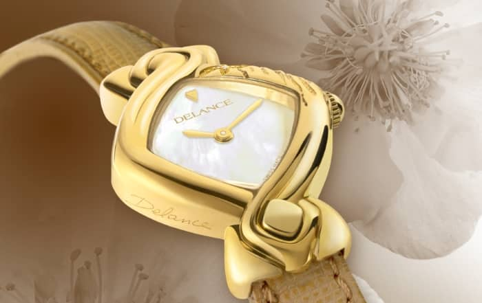 Noa : Lady Goldwatch hand engraved starfish with a diamond, white mother of pearl dial, goldplated hands, beige leather strap.